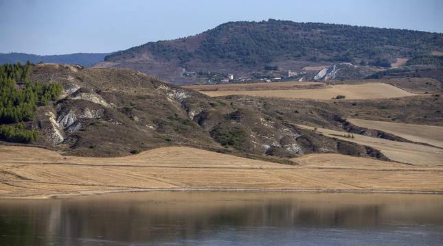 Vista de la balsa de Ezkoriz o balsa de Zolina, en el valle de Egüés