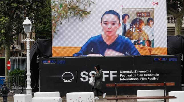 La realizadora japonesa, Naomi Kawase (en la pantalla), durante la presentación de su película