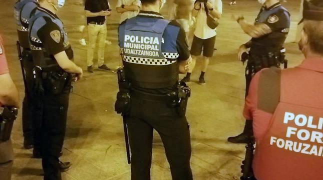 Agentes de la Policía Foral y de la Policía Municipal, durante el operativo conjunto.