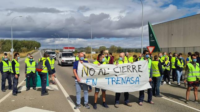 Los trabajadores de Trenasa han cortado la N-113 tras el anuncio de los despidos.