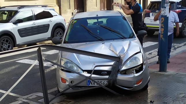 Imagen de un agente de Policía Municipal de Tafalla con el vehículo que ha protagonizado la peligrosa maniobra.