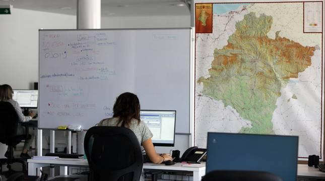 Foto de rastreadores de contactos estrechos de personas contagiadas, en pleno trabajo en las instalaciones de Refena.