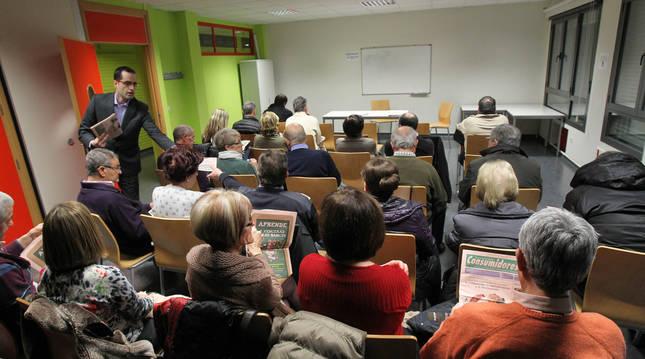 Encuentro de representantes de Adicae con consumidores en Tudela.