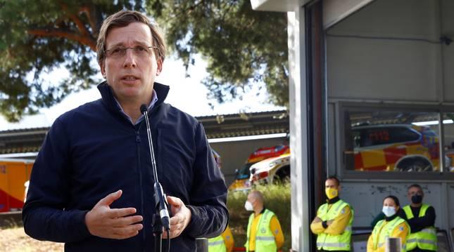 Almeida durante su visita a la Base 0 de SAMUR de Madrid.