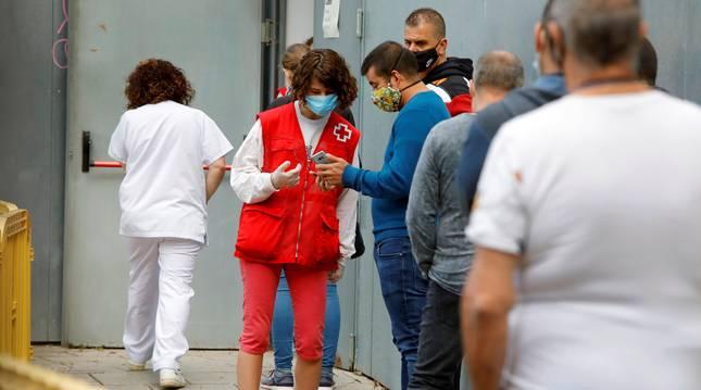 Personas esperando para hacerse la prueba PCR esta semana en Cataluña.