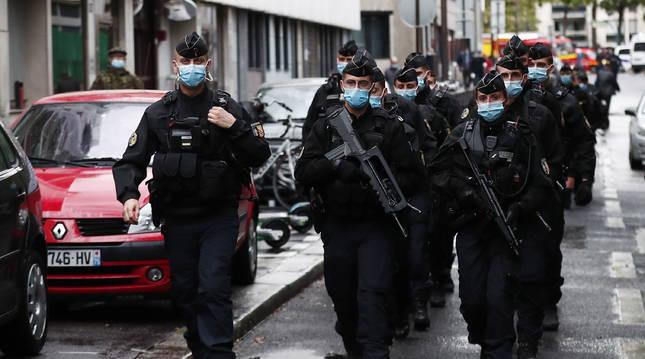 Foto de varios policías vigilando la calle donde están las oficinas de la revista 'Charlie Hebdo'.