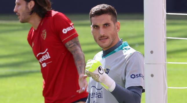 Sergio Herrera aprieta el puño tras haber parado el penalti a Roger. De poco sirvió después.