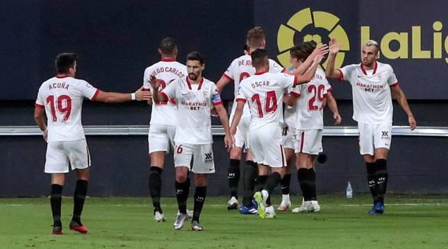 Jugadores del Sevilla celebrando el 2-1 frente al Cádiz..