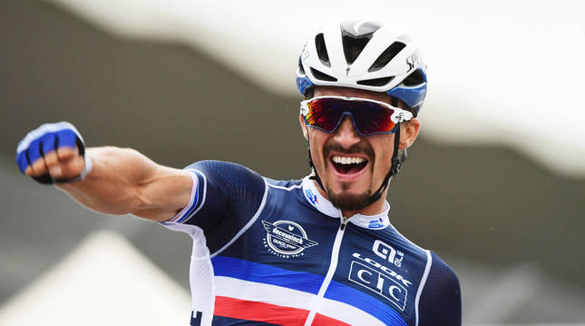 Julian Alaphilippe celebra su triunfo en Imola.