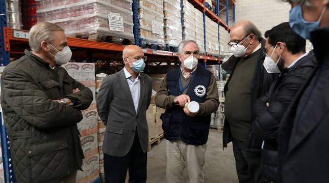 El consejero Ciriza, durante la visita al Banco de Alimentos.