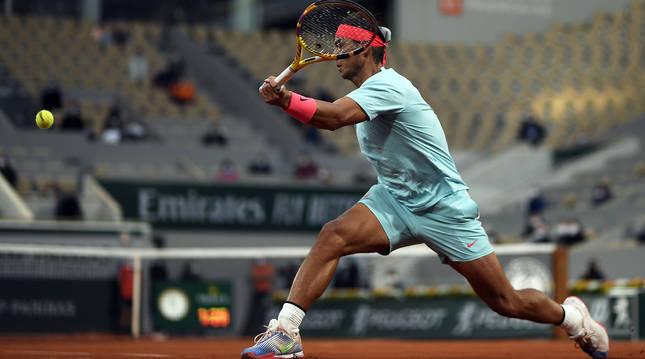 Rafa  Nadal devuelve una pelota durante su encuentro contra el bielorruso Egor Gerasimov en la primera ronda de Roland Garros 2020.