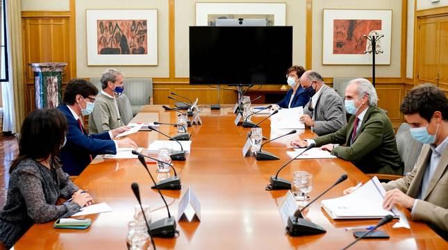 Foto del ministro de Sanidad, Salvador Illa; y el consejero de Sanidad de la Comunidad de Madrid, Enrique Ruiz Escudero, junto con sus equipos.