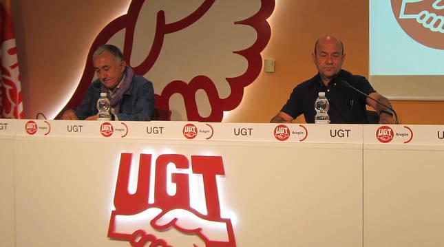 El secretario general de UGT, Pepe Álvarez (izda.) junto al secretario del sindicato en Aragón, Daniel Alastuey.