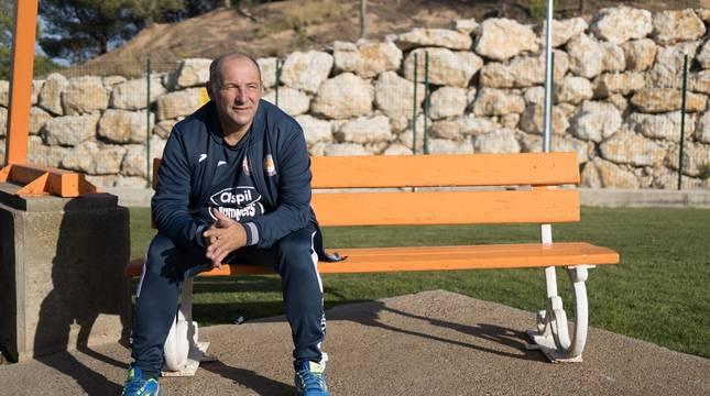 El entrenador del Aspil, José Lucas Mena 'Pato', en uno de los bancos situados junto al Pabellón Ciudad de Tudela.