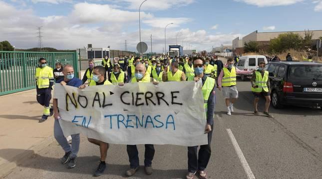 Foto de trabajadores de Trenasa durante el corte de la N-133, el viernes.