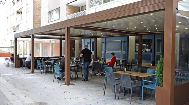 Foto de la terraza de la cervecería Shamrock, en la plaza Félix Huarte, de estructura de aluminio y laterales enrollables.