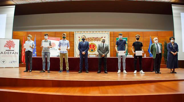 El consejero Cigudosa y otras autoridades posan junto a los alumnos premiados.