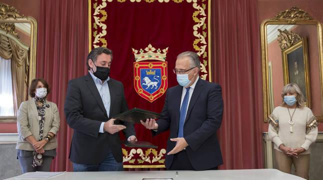 Firma del convenio de colaboración entre el Ayuntamiento de Pamplona y Anvite.
