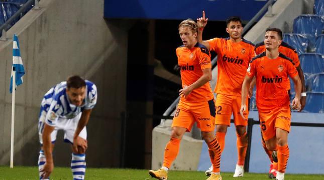 Maxi Gómez levanta el dedo celebrando el tanto que daba el triunfo al Valencia en el Reale Arena.