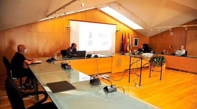 Foto de Jon Solchaga, técnico de comercio del consistorio; Gorka Goicoechea, de Ikertalde; la concejala de Comercio, Soco Ojer; y Elías Armendáriz, presidente de Ascota; en la presentación del plan.