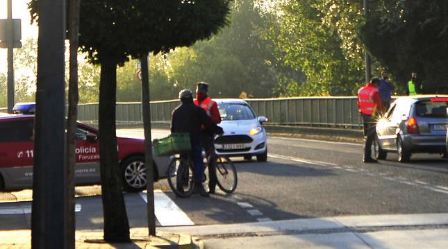 Un agente de Policía Foral informa a un vecino de Falces que se disponía a acudir a la huerta en bici
