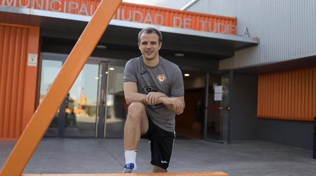 Foto de David García Beltrán, capitán del Aspil-Jumpers Ribera Navarra, a la entrada del polideportivo Ciudad de Tudela.