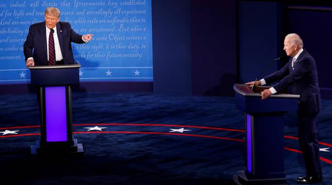 Trump señala a Biden en un momento del debate.