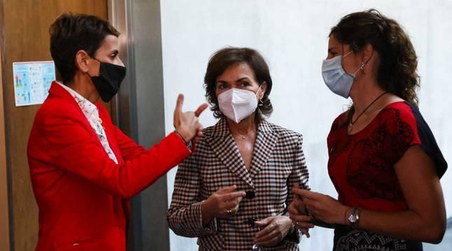 Carmen Calvo junto a la presidenta foral, María Chivite, este miércoles en Pamplona.