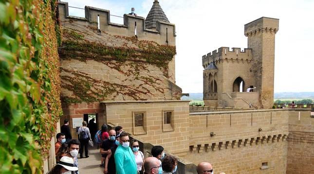 Foto de un grupo de turistas en una visita al palacio de Olite.
