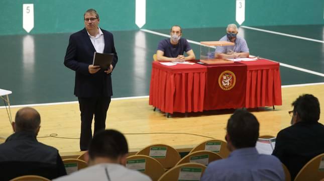 Javier Conde, durante su intervención este jueves por la tarde en el frontón Labrit ante los asambleístas.