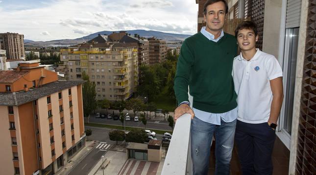 Iñigo Remacha Larrea y su hijo Álvaro Remacha Jadraque en la terraza de su casa, un noveno piso de la avenida de Pío XII
