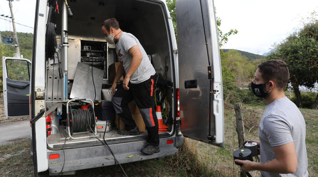 Técnicos de la Red Sísmica Nacional se desplazaron este jueves por la tarde a Zunzarren, valle de Lizoáin, para instalar sismógrafos.