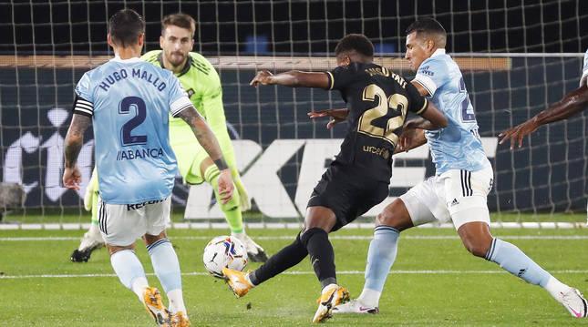 Ansu Fati golpea con la derecha el esférico en el 0-1 para el Barcelona en Balaídos.