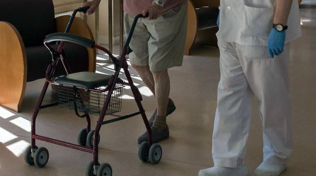 Un residente, junto a un trabajador de la residencia de ancianos de la Casa de Misericordia de Tudela.