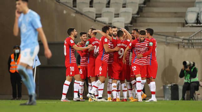 Los jugadores del Granada celebran uno de los tantos anotados en el campo del Malmoe.