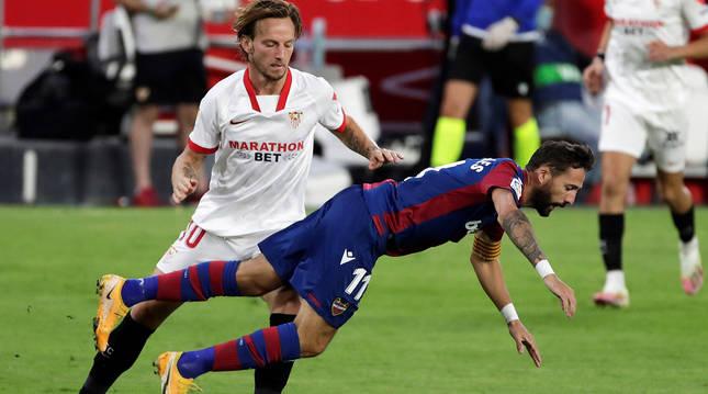 Ivan Rakitic comete falta a José Luis Morales durante el choque en el Sánchez Pizjuán