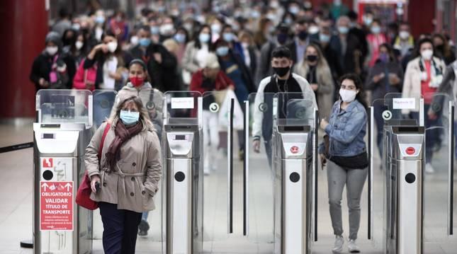 Foto de varios usuarios en las instalaciones del Metro de Getafe central en Getafe, Madrid.