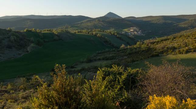 Vista panorámica del valle de la Valdorba, con el pueblo de Leoz y la Higa de Monreal al fondo
