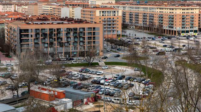 Foto de los aparcamientos de los Corralillos, en primer plano, y del paseo de Anelier, al fondo, en la Rochapea.