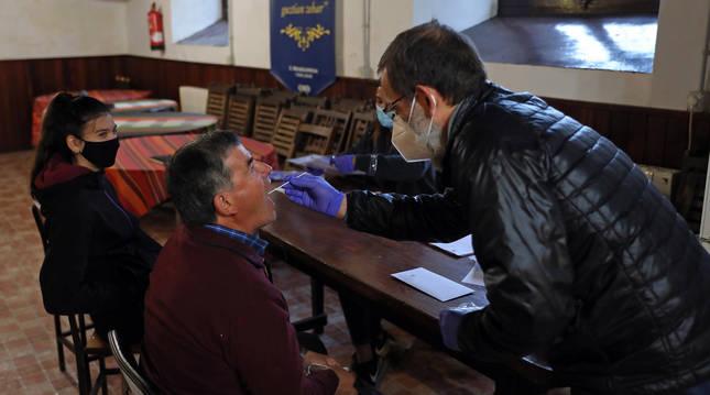 Foto de Antonio González-Martín tomando una muestra bucal de Esteban Zaldain Irigoien.