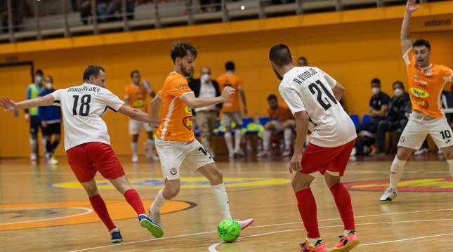 Javi Sena intenta marcharse de Verdejo durante el partido que Aspil y Santa Coloma disputaron ayer en el Ciudad de Tudela.