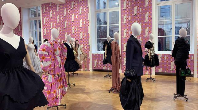 Confeccionadas durante los meses del confinamiento y presentadas este viernes en la Semana de la Moda de París, la colección de Loewe puso rostro a las nuevas preocupaciones de los diseñadores, que intentan aportar un poco de calma e inspiración tras un año difícil.