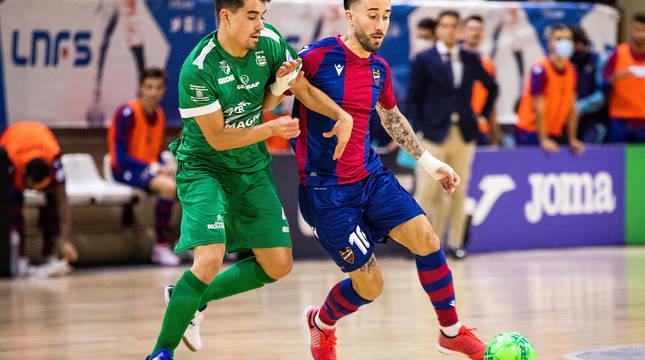 El cierre de Osasuna Magna Tony, que trata de evitar el control de Rivillos, debutó ayer en Primera División y dejó muy buenas sensaciones.