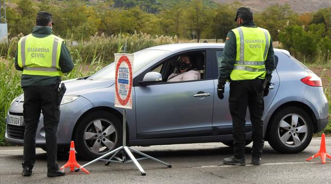 Foto de una vecina que se dirigía a trabajar a Calahorra en el control atendido por agentes de la Guardia Civil en la Carretera de Estella.