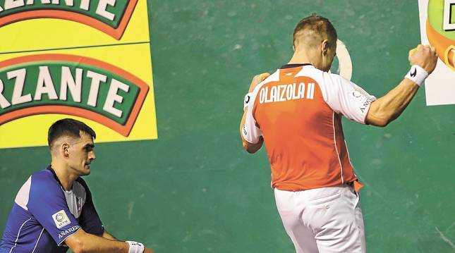 Aimar Olaizola alza los brazos al acertar un remate que Ezkurdia no consigue defender en los cuadros delanteros del Astelena.