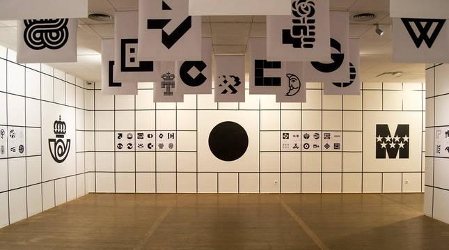 Algunos de los logos diseñados por Cruz Novillo, expuestos en la muestra 'Supersignos' (2016)
