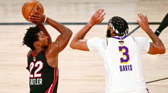 Butler ensaya el tiro ante la oposición de Anthony Davis.
