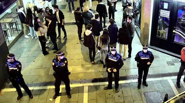Foto de agentes de la Policía Municipal vigilando las calles de Pamplona.