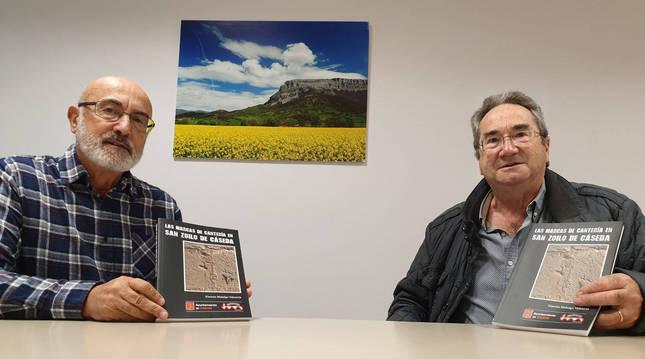 Desde la izda.: Simeón Hidalgo Valencia, autor de la publicación, y Luis Sola Pérez, vicepresidente de la Asociación Cultural Ermita de San Zoilo de Cáseda.