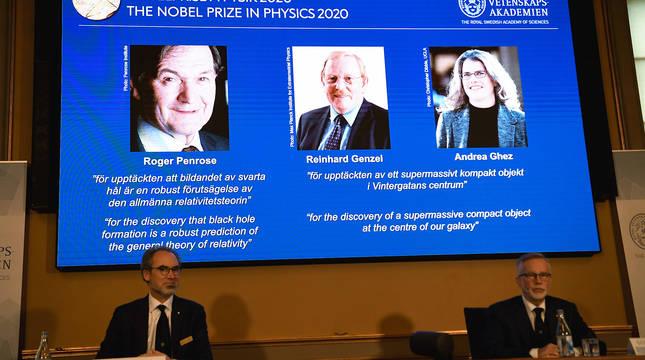 David Haviland (izda.) y Goran K. Hansson, anuncian el nombre de los galardonados con el Premio Nobel de Fïsica 2020.